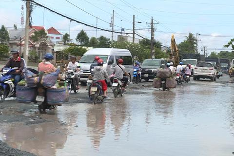 """Quốc lộ 53 thành """"sông"""" sau cơn mưa"""