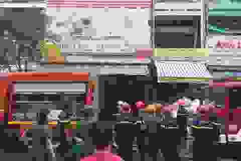 Cháy cửa hàng thiệp cưới, nhiều người hoảng loạn