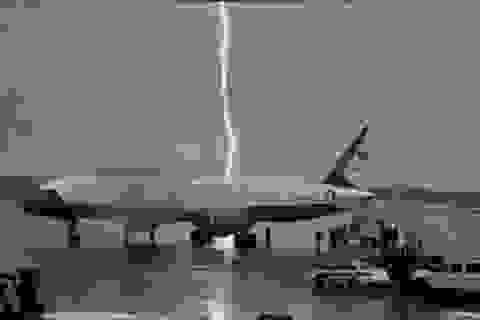 Khoảnh khắc sét đánh gần chuyên cơ của Tổng thống Trump