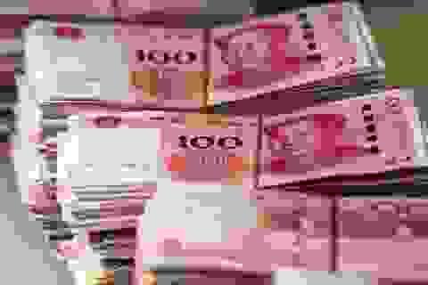 Tung 14.000 USD ra đường vì thấy buồn, người đàn ông Trung Quốc gây náo loạn