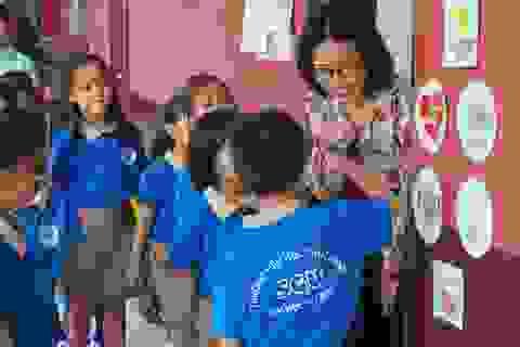 Đáng yêu với màn chào hỏi mỗi sáng đến trường của cô trò tiểu học Sài Gòn