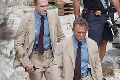 """""""Điệp viên 007"""" Daniel Craig """"đọ"""" vẻ điển trai bên người đóng thế"""
