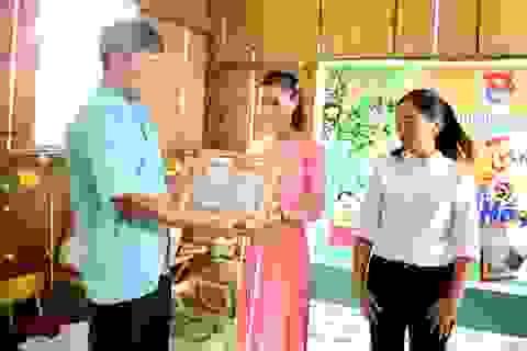"""Khen thưởng cô giáo """"bỗng dưng nổi tiếng"""" ở điểm trường Tăk Pổ lưng chừng núi"""