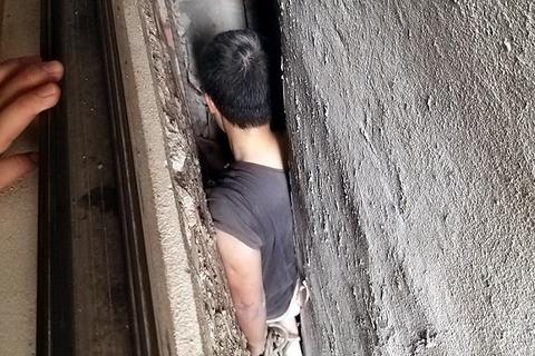 Hà Nội: Người đàn ông mắc kẹt hi hữu giữa 3 căn nhà