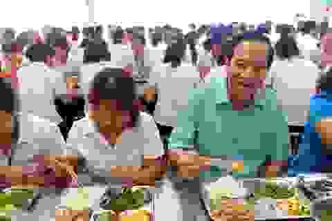 Bộ trưởng Lao động dự bữa cơm trưa giá 15.000 đồng với công nhân may