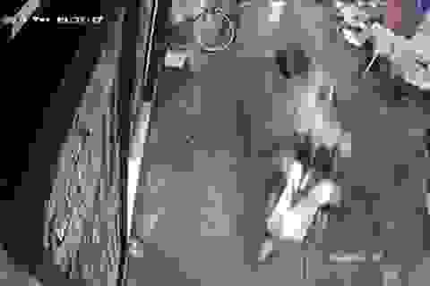 Cô gái bị 2 tên cướp giật túi xách ngã đập đầu trong hẻm ở Sài Gòn