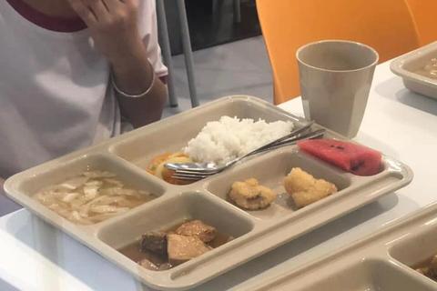Phụ huynh trường quốc tế bật khóc nhìn suất ăn của con