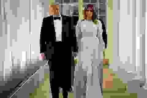 Cử chỉ tình yêu lãng mạn của vợ chồng ông Trump trong quốc yến Nhà Trắng