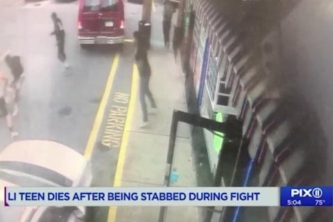 Thiếu niên 16 tuổi bị đâm chết, người xung quanh thản nhiên lôi điện thoại quay phim, chụp ảnh
