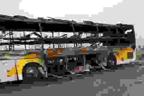 Xe khách cháy rụi khi đang lưu thông trên đường