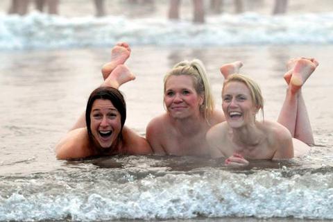 Anh: Hàng trăm người khỏa thân trong cái lạnh 18 độ ở Biển Bắc