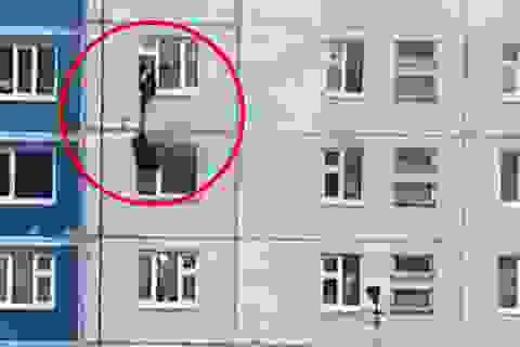 Thót tim cuộc giải cứu cô gái mặc kẹt trong căn hộ chung cư bị cháy