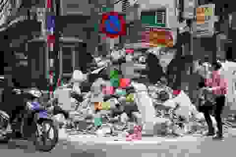 Rác thải ùn ứ khắp trung tâm Hà Nội