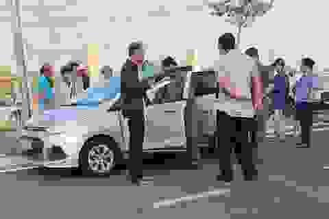 Điều tra tài xế taxi nghi bị khách cứa cổ ngay trên xe