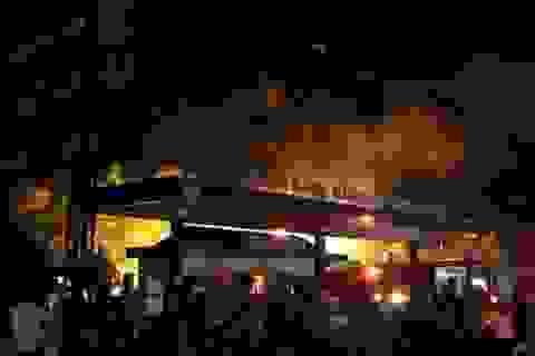 Xe bồn bốc cháy khi đang bơm xăng vào cây xăng