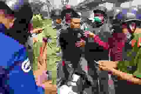 """Cảnh sát phá """"bí mật"""" trong con gấu bông của gã thanh niên ở cửa ngõ Sài Gòn"""