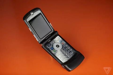 """""""Huyền thoại"""" Motorola RAZR quay lại với màn hình gập, giá 1.500 USD"""