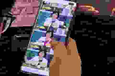 """Chưa ra mắt, Galaxy S10+ bị """"bắt quả tang"""" nơi công cộng"""