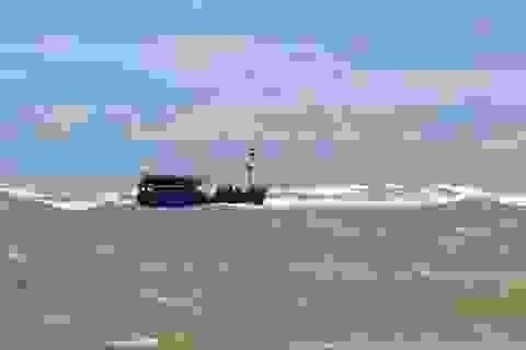 Kịp thời cứu 10 ngư dân bị sóng lớn đánh chìm tàu trên biển