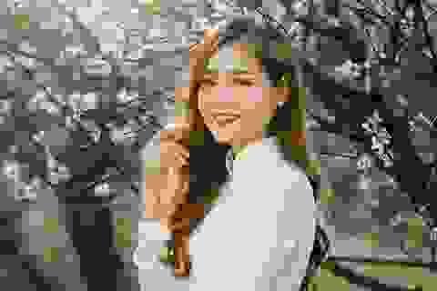 Nữ sinh ĐH Kinh tế Quốc dân khoe sắc bên hoa đào đầu mùa