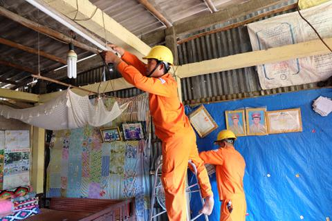 Hơn 8.000 hộ nghèo, gia đình chính sách ở Nam Bộ được thay mới đường dây điện