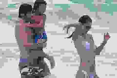 Alessandra Ambrosio hạnh phúc ra biển cùng bạn trai và con riêng