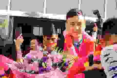 Đội tuyển Việt Nam đổ bộ tới UAE trong vòng vây của người hâm mộ