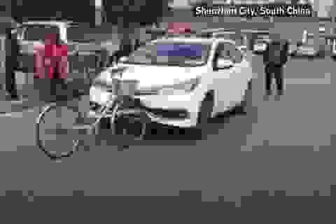 Xe đạp tông trực diện ô tô và cái kết bất ngờ