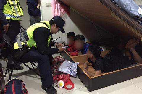 Đài Loan phát hiện 3 người nghi lao động Việt Nam bất hợp pháp trốn dưới gầm giường