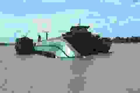 Sà lan gãy đôi sau va chạm với tàu biển, một thuyền viên tử vong