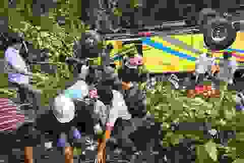 Xe chở 20 sinh viên đi thực tế rơi từ đèo Hải Vân xuống vực sâu
