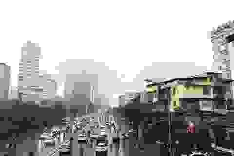 Nhà cao tầng ở Hà Nội chìm trong mây mù
