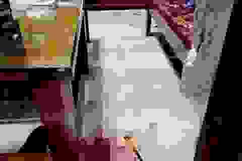 Bé gái 10 tuổi ở nhà bị tên cướp đâm đã tử vong
