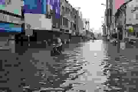 """Hàng loạt tuyến đường ở Sài Gòn chìm trong """"biển nước"""" vì bể nắp cống"""