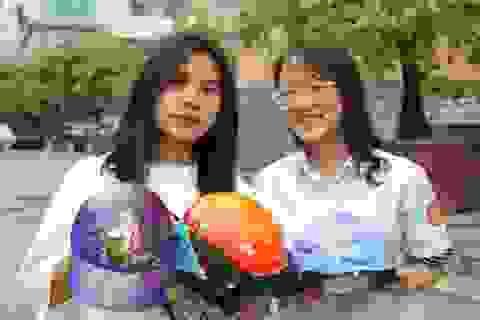 """Ý tưởng độc đáo vẽ tranh của hai nữ sinh lớp 8: """"Đi đẩu đi đâu, đầu không thiếu mũ"""""""