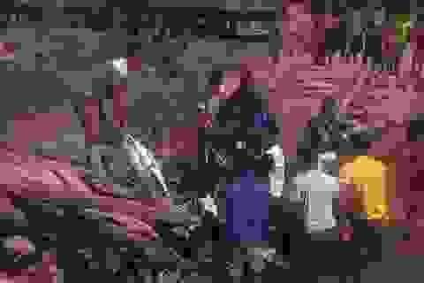 Cầu Na Kho bất ngờ đổ sập, dân bản lội bộ qua suối đưa con đến trường