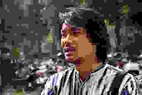 Hoãn xử vụ Tuần Châu - Việt Tú, đạo diễn Hoàng Nhật Nam rơi nước mắt trước cổng tòa