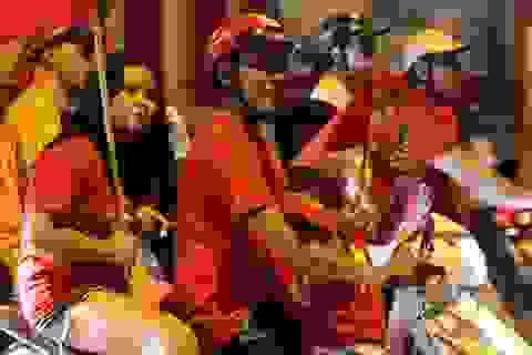 """Hàng ngàn cổ động viên xuống phố """"đi bão"""" sau chiến thắng của đội tuyển Việt Nam"""