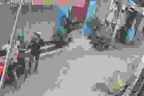Bắt 3 thanh niên giật túi nhựa bên trong có giấy báo tử