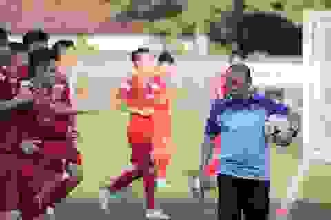 Đội tuyển Việt Nam bị tắc đường, đi bộ tới sân tập ở Bali