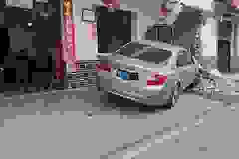 Xe BMW đâm đổ tường nhà, các cụ già vẫn thản nhiên chơi mạt chược