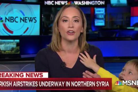 Đẳng cấp nữ phóng viên đang dẫn bản tin trực tiếp thì con trai lọt khung hình