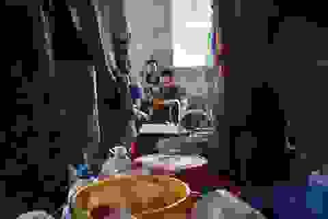 Dân Hà Nội xếp hàng nhiều giờ trong đêm, chờ đong từng chai nước về dùng