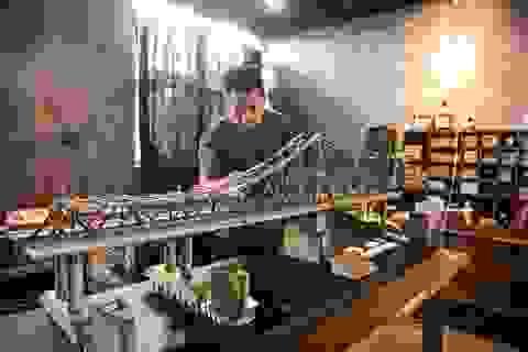 Chiêm ngưỡng mô hình cầu Long Biên thu nhỏ được làm trong 500 giờ