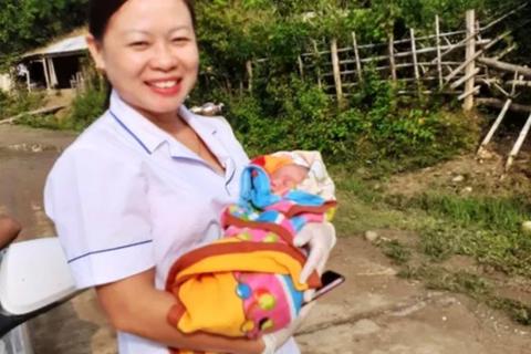 Nhân viên y tế giúp sản phụ vượt cạn sinh bé trai 3,2kg ngay bên vệ đường