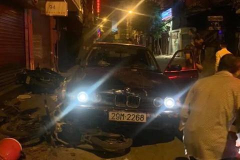 BMW lao lên vỉa hè tông trúng 5 người đang mua xôi
