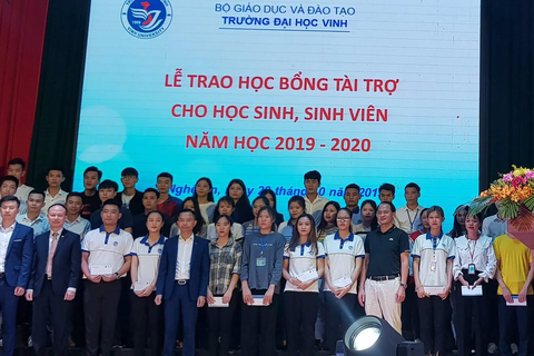 Đại học Vinh: Trao học bổng cho học sinh, sinh viên nghèo