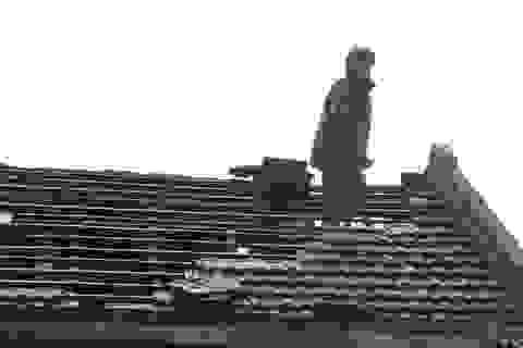 """Người dân đội mưa """"vá"""" mái nhà sau bão"""
