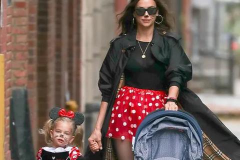 """""""Tình cũ"""" Ronaldo và con gái nhỏ hóa trang thành chuột Minnie"""