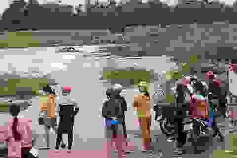 Lật đò khi đi qua dòng nước lũ, 5 người may mắn thoát chết